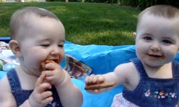 Αξιολάτρευτα δίδυμα κοριτσάκια γελούν ασταμάτητα!