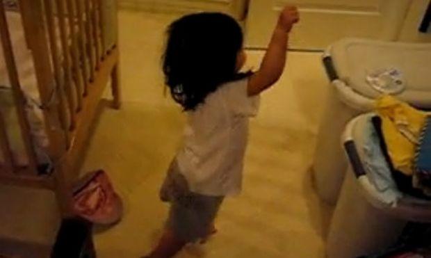 Απολαυστικό βίντεο: Πιτσιρίκα χορεύει στους ρυθμούς της Shakira