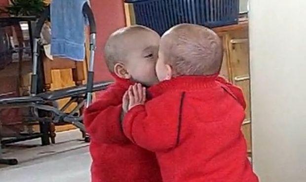 Βίντεο: Μπέμπης φιλάει τον εαυτό του στον καθρέφτη!