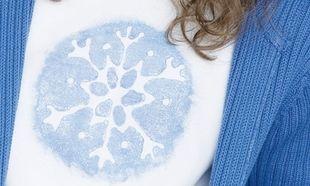 Βάλτε το χιόνι στην μπλούζα τους!