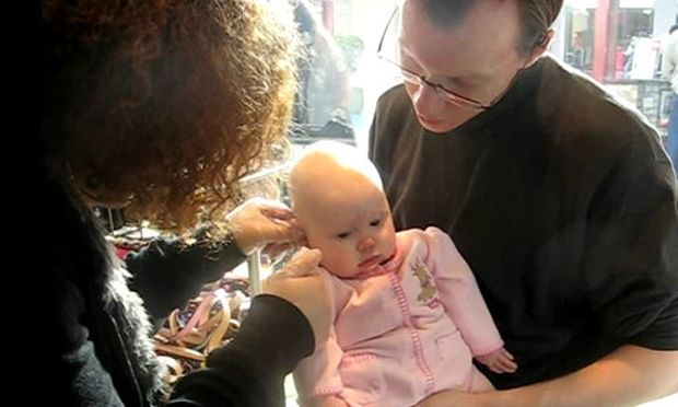 Βίντεο: Της τρυπούν τα αυτιά και είναι μόλις 5 μηνών!