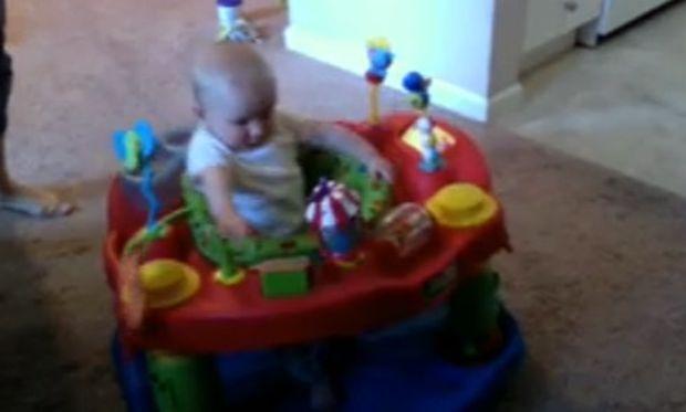 Βίντεο: Το μωρό ταράζεται όταν ακούει τη μαμά του να σκουπίζει τη μύτη της!