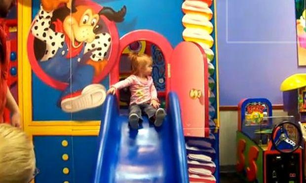 Η μικρή Lilah στην τσουλήθρα!