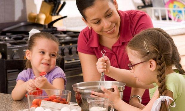 Πώς μπορούν να βοηθήσουν τα παιδιά σας στην κουζίνα;