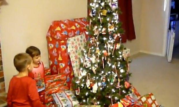 Βίντεο: Δείτε πώς αντιδρούν δυο πιτσιρίκια όταν η μαμά τους λέει πως τους επισκέφτηκε ο Άγιος Βασίλης!