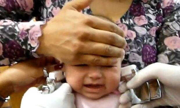 Βίντεο σοκ: Δεν είναι ούτε δύο μηνών και την έχουν βάλει κάτω για να της τρυπήσουν τα αυτιά!