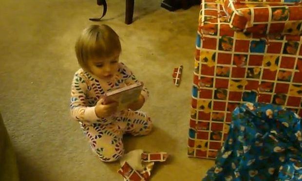 Όταν η μικρή Alyssa ανοίγει τα Χριστουγεννιάτικα δώρα της! (vid)