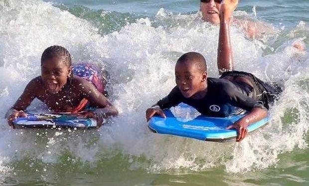 Διασκέδαση στη θάλασσα για τα παιδιά της Madonna