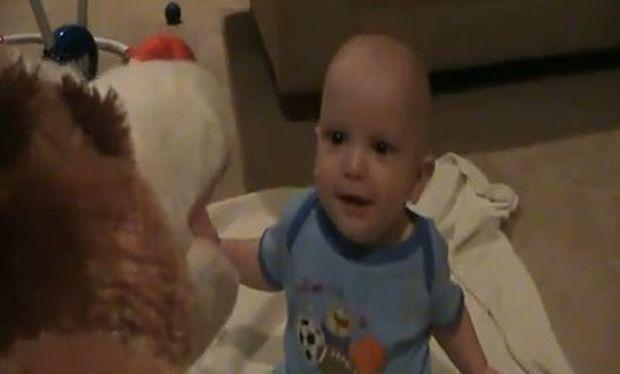 Βίντεο: Δείτε το μωρό να ξεκαρδίζεται στα γέλια ακούγοντας το σκυλάκι να λέει τα κάλαντα!