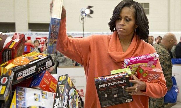 Η Michelle Obama μοίρασε δώρα στα παιδιά των Πεζοναυτών