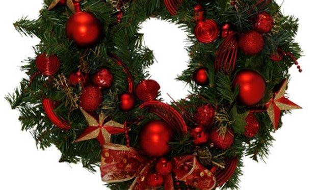 Φτιάξτε χειροποίητο Χριστουγεννιάτικο στεφάνι με… κρεμάστρα!