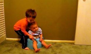 Βίντεο: Ο μεγάλος αδελφός προσπαθεί να σηκώσει από το γιογιό τον μικρό!