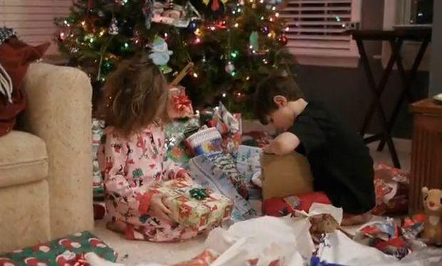 Βίντεο: Η μαμά τους διαβάζει το γράμμα που άφησε ο Άγιος Βασίλης αλλά…