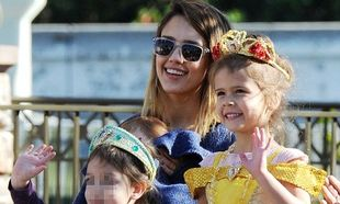 Jessica Alba: Στη Disneyland με τις κόρες της