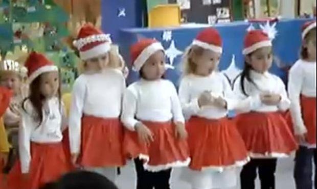 Απίθανο βίντεο: Αγιοβασιλάκια χορεύουν τα κάλαντα!