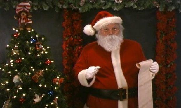Βίντεο: Ο Άγιος Βασίλης τραγουδά με τα παιδιά τα κάλαντα!