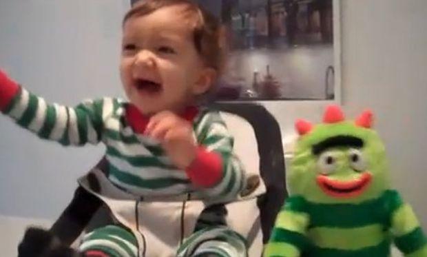 Βίντεο: Όταν το μωρό ξεκαρδίζεται με τον χορό του!