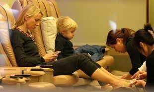 Naomi Watts: Κάνοντας πεντικιούρ με το γιο της!