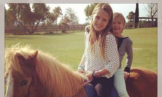 Οι κόρες της Jennie Garth διασκεδάζουν στην φάρμα