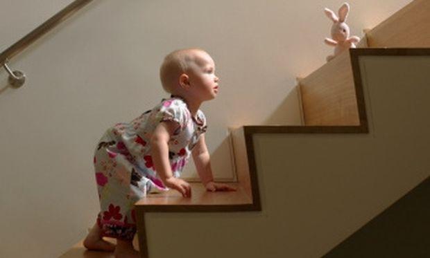 Οι κίνδυνοι που κρύβει ένα σπίτι για το μωρό σας που μόλις περπάτησε!