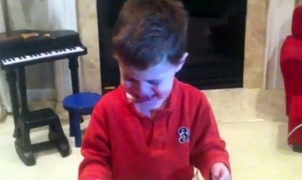 Βίντεο: Ανοίγει το χριστουγεννιάτικο δώρο του και βάζει τα κλάματα!