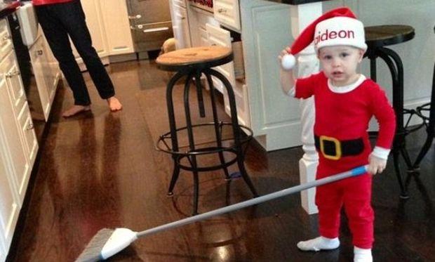Ο μικρός που πήρε δώρο τρενάκι, αλλά ήθελε να παίξει με τη σκούπα!