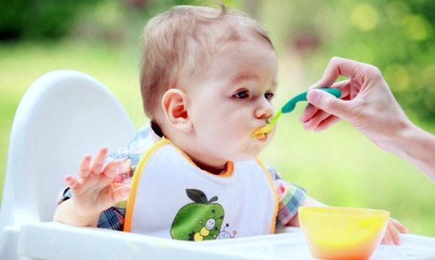Γιατί δεν πρέπει να μπουκώνουμε το μωρό όταν τρώει;