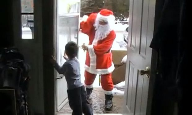 Βίντεο: Στρατιώτης ντύνεται Άγιος Βασίλης και επιστρέφει σπίτι στα παιδιά του!