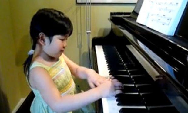 Μοναδικό βίντεο: Ακούστε την πιτσιρίκα να παίζει πιάνο!