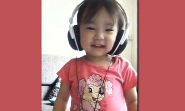 Δείτε πώς αντιδρά ένα κοριτσάκι, ακούγοντας από την αρχή ως το τέλος το Gangnam Style!