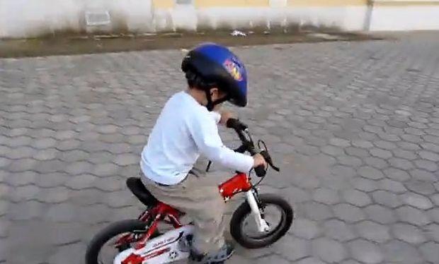 Βίντεο: Δίχρονος πιτσιρικάς βολτάρει με το ποδήλατο του!