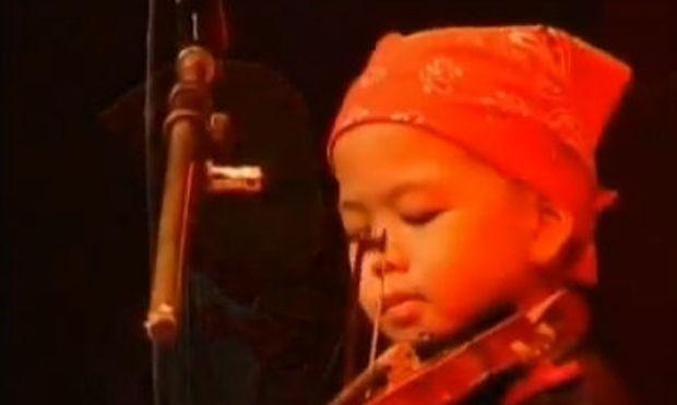 Βίντεο: Τεσσάρων χρονών βιολιστής ένα από τα παιδιά θαύματα στην Ταϋλάνδη!