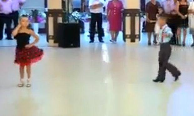Βίντεο: Η απίθανη εμφάνιση δύο λιλιπούτειων χορευτών!