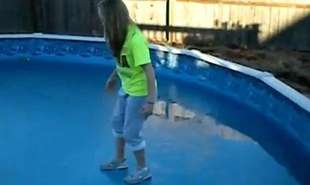 Βίντεο: Περπατάει πάνω σε παγωμένη πισίνα και…