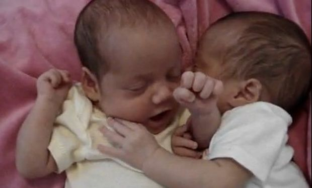 Βίντεο: Ο «μυστικός» διάλογος δυο νεογέννητων!