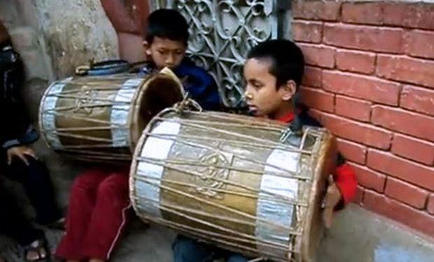 Βίντεο: Πιτσιρίκια στο Νεπάλ με μαεστρία στα κρουστά!