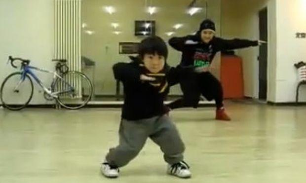 Βίντεο: Απίθανος πιτσιρικάς χορεύει καλύτερα και από επαγγελματία χορευτή