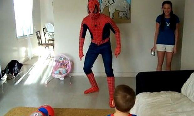 Βίντεο: Δείτε πώς αντιδρά ένας μπόμπιρας όταν βλέπει μπροστά του τον… Spiderman!
