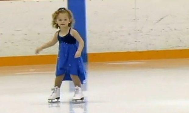 Βίντεο: Είναι μόλις τριών χρονών και διαγωνίζεται πάνω στον πάγο!