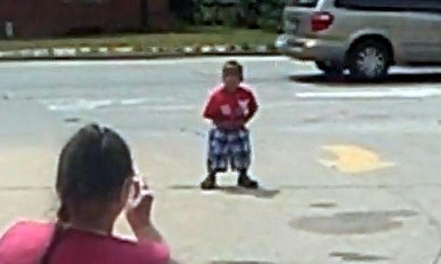 Βίντεο: Ο μικρός χορευτής του… δρόμου!