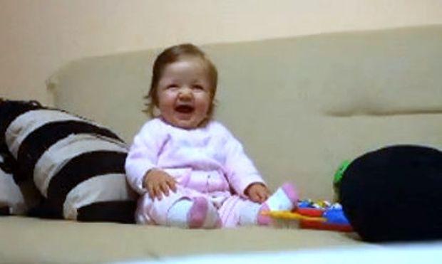 Βίντεο: Η μικρή που δεν σταματάει να γελάει!