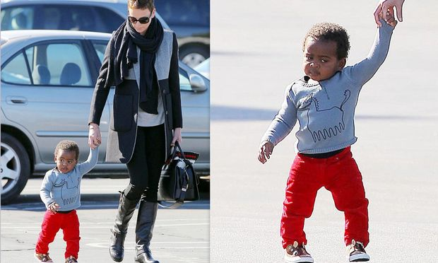 Τα πρώτα βήματα του γιου της Charlize Theron!
