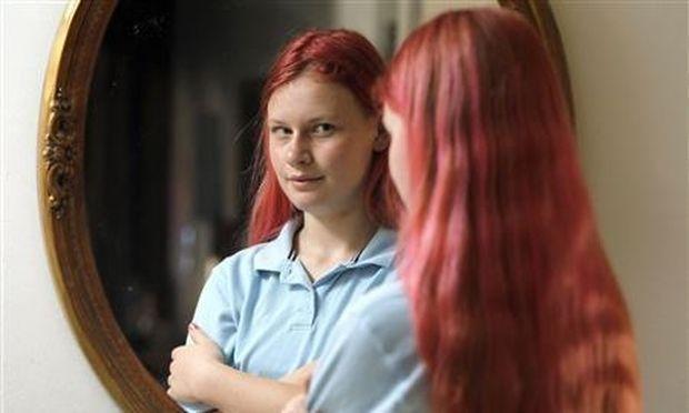 Η μαθήτρια με τα ροζ μαλλιά και η απομόνωση