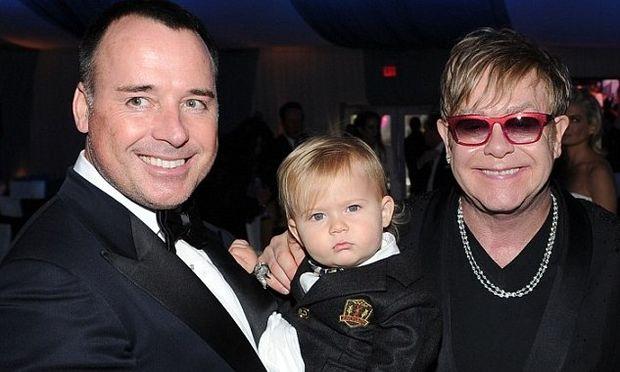 Ο Elton John έδωσε 20.000 λίρες σε παρένθετη μητέρα για τον δεύτερο γιο του!