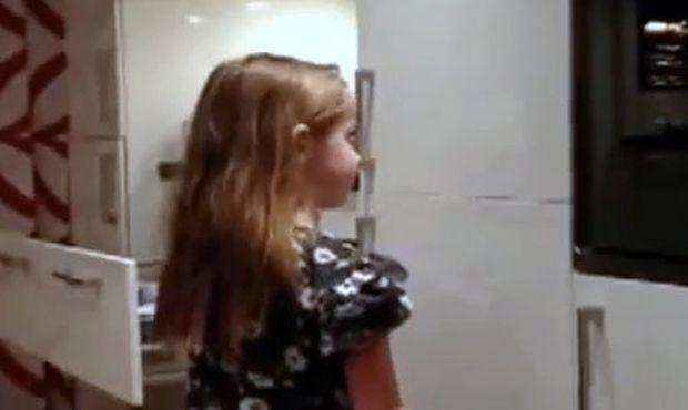 Βίντεο: Δείτε πώς ο μπαμπάς της μικρής, της φτιάχνει αλογοουρά!
