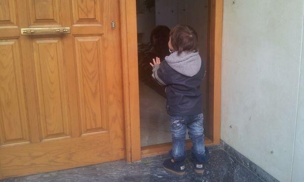 Ανοίξτε μου! Θέλω να πάω στη γιαγιά μου!