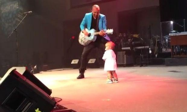 Έκλεψε την παράσταση στο show του μπαμπά του!
