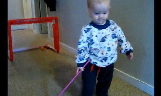 Βίντεο: Όταν το μωρό μαθαίνει… hockey!