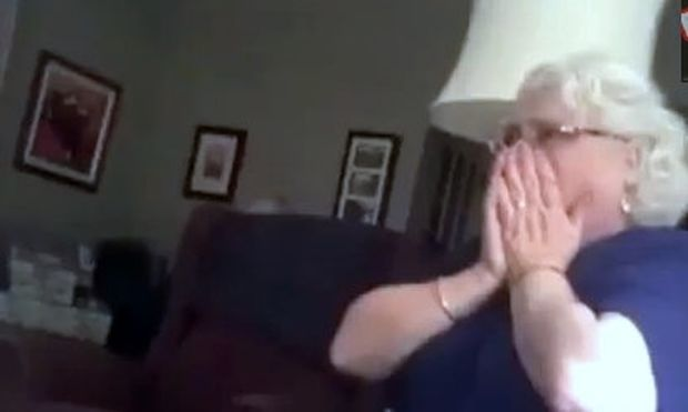 Βίντεο: Η απίστευτη αντίδρασή της όταν μαθαίνει ότι θα γίνει γιαγιά!