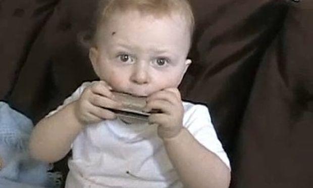 Video: 20 μηνών αγοράκι παίζει τη φυσαρμόνικα στα δάχτυλα!
